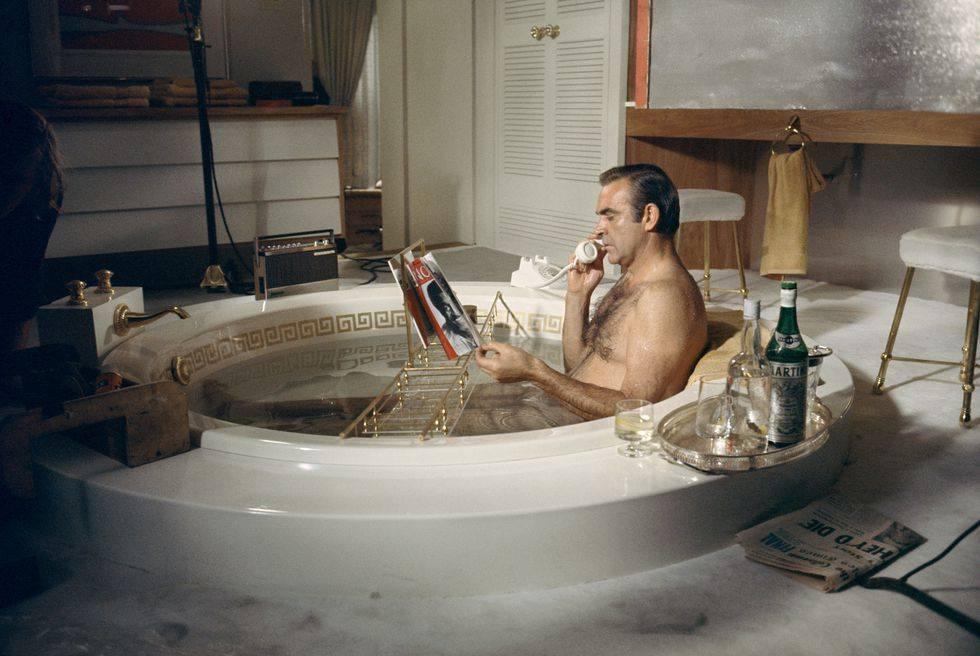 Картинка мужик в ванной на кухне